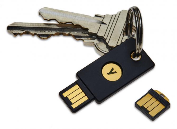 Przykładowy klucz U2F Yubikey przypięty do kluczy